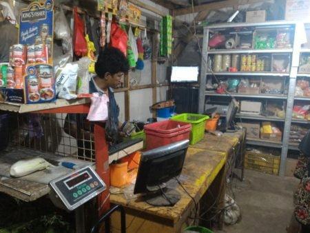 Pengguna software toko retail - SINDO retail diterapkan pada pada usaha Toko Tembong, Pasar teluk Jambi, Karawang. Pemilik toko tembong sedang menggunakan SINDO retail pada usaha toko miliknya
