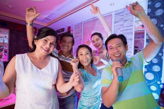 Karaoke di rumah dengan keluarga dan kerabat dengan software karaoke player, aplikasi karaoke home series